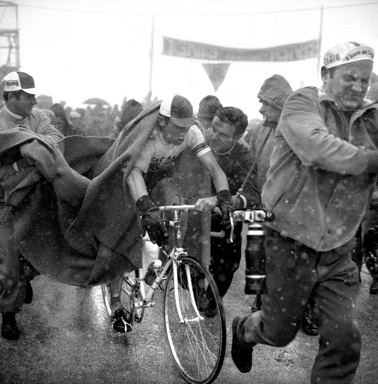 ► Eddy Merckx wint de mensonterende rit naar Tre Cime (1968) en deklasseert het hele peloton.Hij pakt in die tiende etappe de roze trui en gaf die niet meer af. Beeld BELGAIMAGE