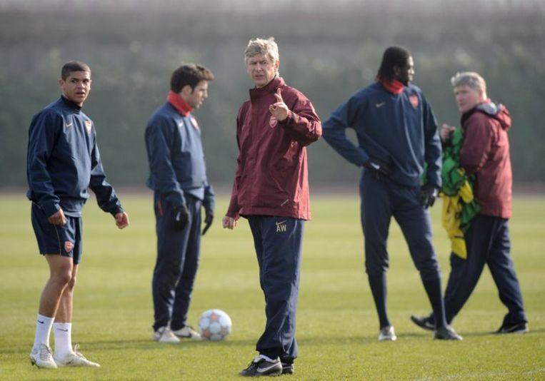 Arsène Wenger in rode jas op een training. Foto EPA/Daniel Hambury Beeld