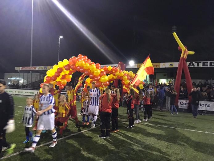 De opkomst van de beide elftallen in Kampen. Foto: Peter Dekkers