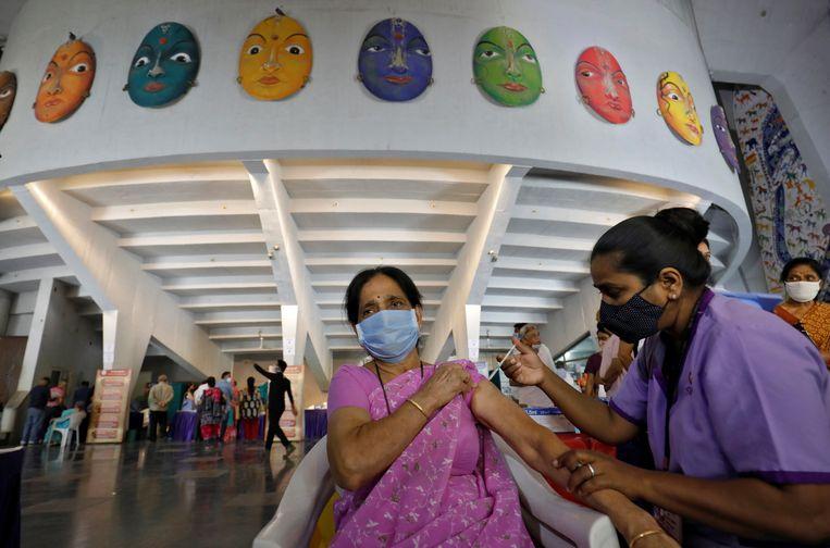 Een Indiase vrouw krijgt een dosis Covishield, een vaccin tegen coronavirus.  Beeld Reuters