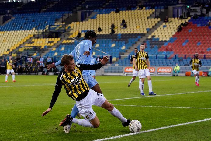 Tomas Hajek glijdt de bal weg bij PSV'er Noni Madueke.