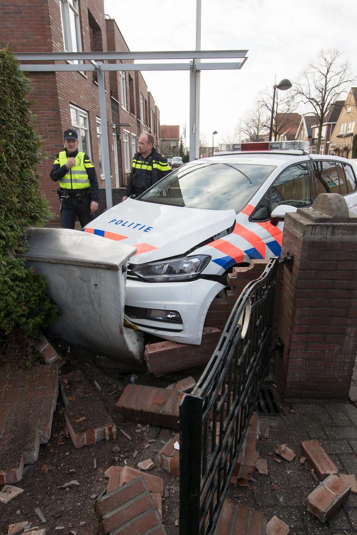 De politiewagen kwam tot stilstand tegen een kastje op de Burgemeester van Engelenweg in IJsselmuiden.