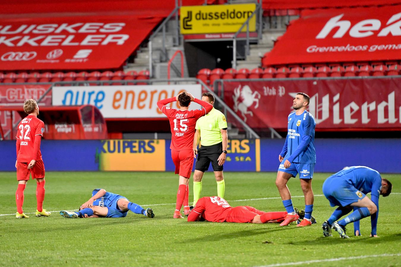 Het ongeloof bij FC Twente is groot als Pol van Boekel in de laatste seconde Vitesse een strafschop geeft.