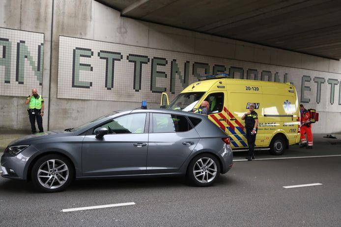 De plaats waar de steekpartij heeft plaatsgevonden, onder het viaduct op de Ettensebaan.