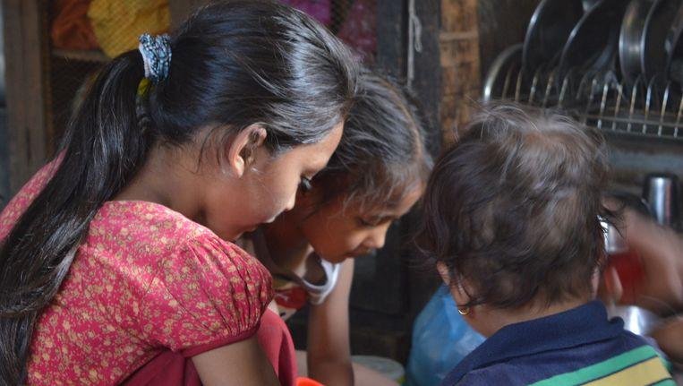 Sonya Tuladhar helpt haar moeder met alles Beeld Lucia de Vries