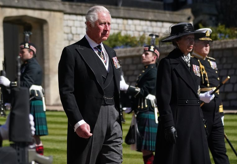 Charles had het moeilijk tijdens de begrafenis van zijn vader.  Beeld Photo News