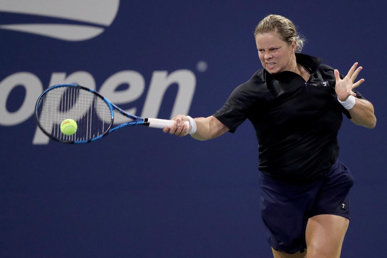 Kim Clijsters bestookt Ekaterina Alexandrova met haar krachtige forehand in de eerste ronde van de US Open, in New York. Beeld AFP