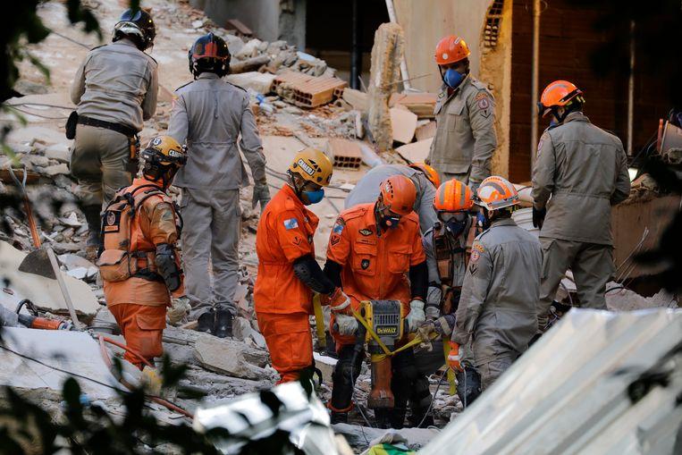 Reddingswerkers in Rio de Janeiro zoeken tussen de puinhopen van de ingestorte appartementen naar slachtoffers en overlevenden. Beeld AP