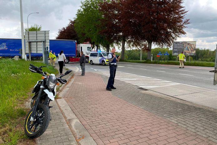 De motorrijder werd aangereden op het kruispunt van de Grote Steenweg N9 met Strijmeers op de grens van Lede met Vlierzele.