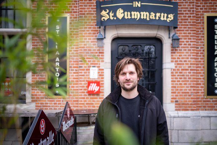 Björn Gielen aan café Sint-Gummarus.