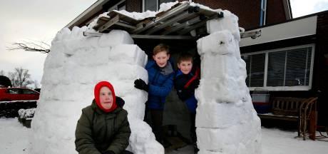 Floris, Stef en Ben bouwden met behulp van opbergboxen een heuse iglo
