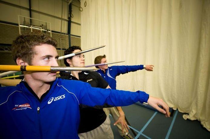 Bjorn Blommerde, Jeroen Blommerde en Lars Timmerman (vlnr) kunnen dankzij een enorm werpnet indoor speerwerpen. foto Tonny Presser/het fotoburo