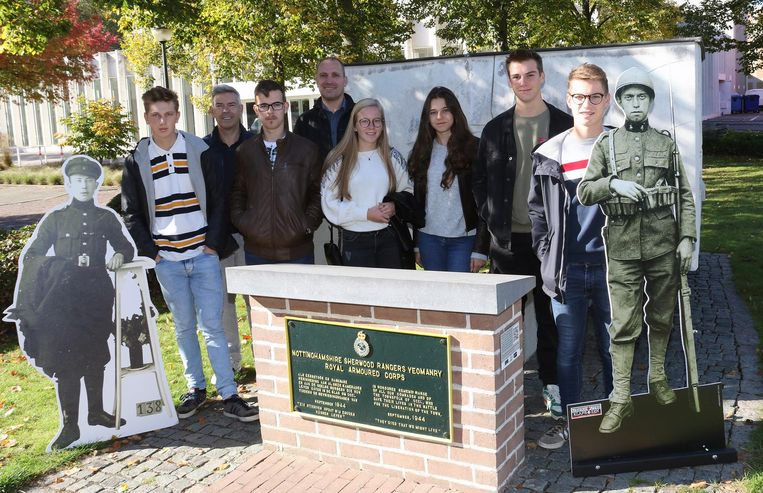 Studenten en leerkrachten bij het monument aan De Werft. Het infobord hangt aan de zijkant van de steen.