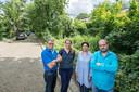 Bewoners van de Willem III Laan (links Jan Welvaarts) streden met succes voor behoud van de groenstrook voor hun deur en willen nu nog graag hogere geluidsschermen.