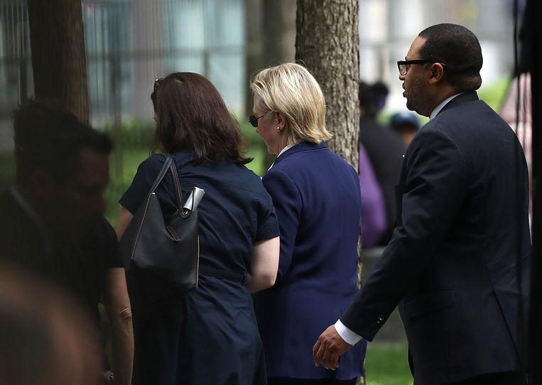 Clinton werd door beveiligers begeleid naar een busje. Beeld afp