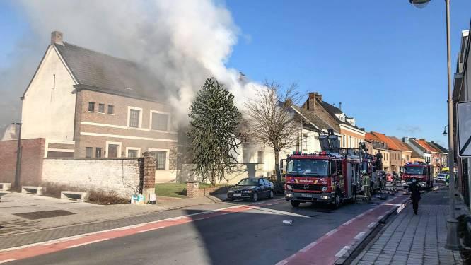 Hevige brand in centrum van Eke, leerlingen van vrije basisschool moeten binnen blijven