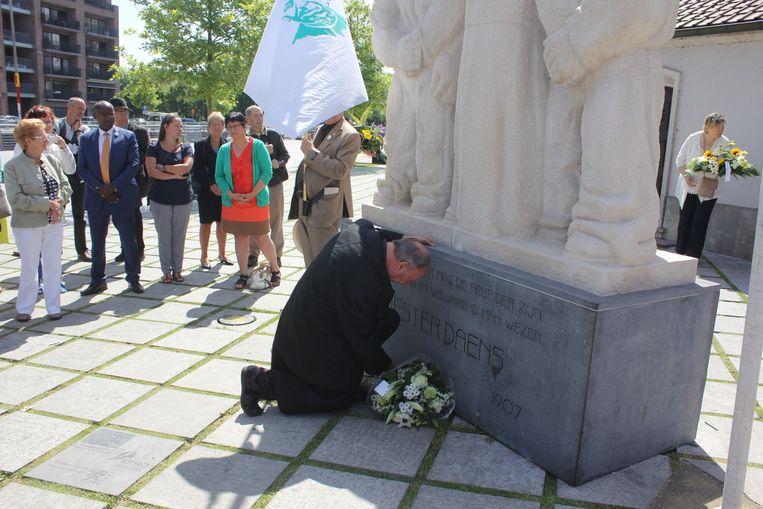 Aartsbisschop Léonard legt bloemen neer aan het monument van Daens.