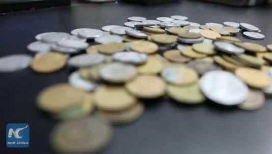 Uiteindelijk blijken alle muntjes bij elkaar nog geen 60 dollar waard te zijn.