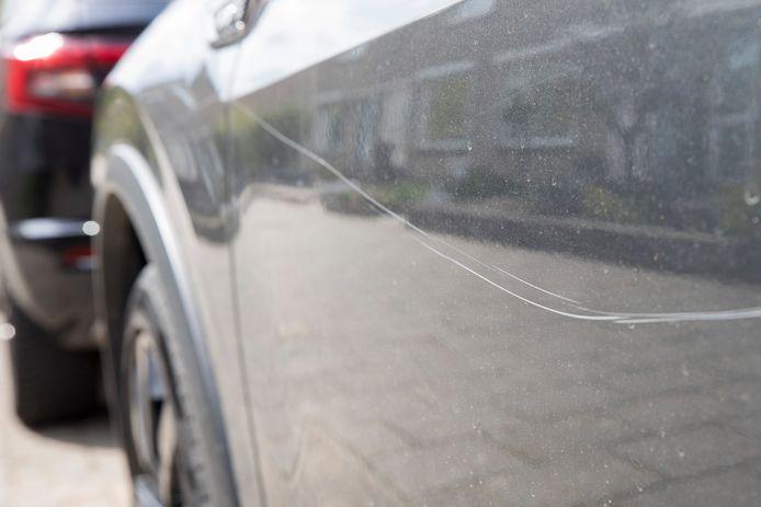 De dader kraste met een scherp voorwerp diepe sporen, soms aan beide zijkanten van de auto's.