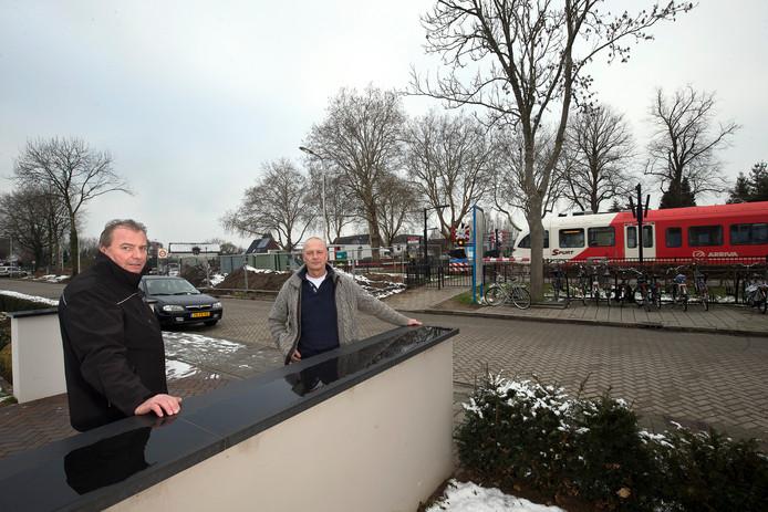 Frank Bloem (links) en Gerrit Heuff (rechts) zijn de woordvoerders van de buurt en de ondernemers die tegen de afsluiting van de Pittelderstaat op industrieterrein de Fluun1 protesteren.