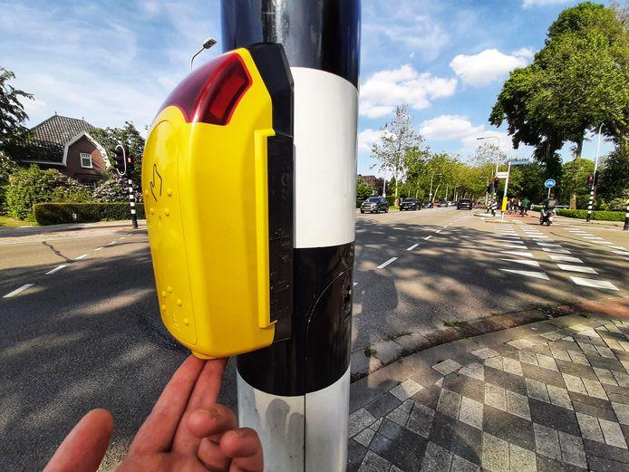 Met een druk op de knop aan de onderzijde blijft het verkeerslicht voor voetgangers langer op groen staan.