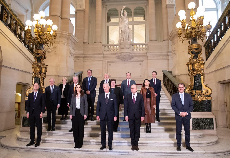Koning Filip en premier Sophie Wilmès en haar ministersploeg gaan op de familiefoto na de eedaflegging op het koninklijk paleis. Beeld Photo News