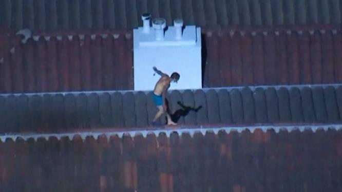 Un suspect à moitié nu joue les Yamakasis pour échapper à la police