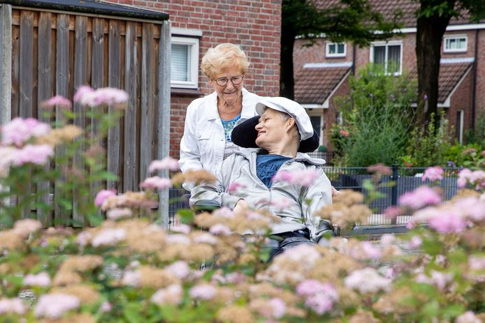 """Toos (86) en haar zoon Maarten van Kuijk (54). De meervoudig gehandicapte Maarten moet per 1 juli verhuizen naar een andere locatie, maar de familie verzet zich er heftig tegen. ,,Bij vreemden gaat hij altijd minder eten"""", zegt Toos."""