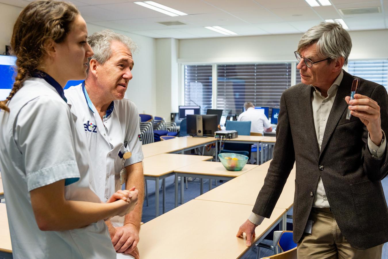 Bart Berden met twee personeelsleden van het Elisabeth-TweeSteden Ziekenhuis.