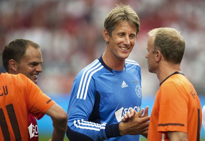 Edwin van der Sar grapt tijdens zijn afscheidswedstrijd vorig jaar met de huidige assistent-trainer van Ajax, Dennis Bergkamp (r). Links hoofdcoach Frank de Boer.