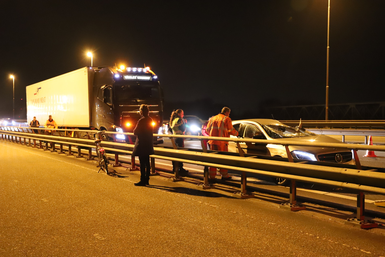 De auto liep bij het ongeval bij Waardenburg flinke schade op. Een inzittende gooide een cilinder lachgas van de Martinus Nijhoffbrug en vluchtte op een gestolen fiets.
