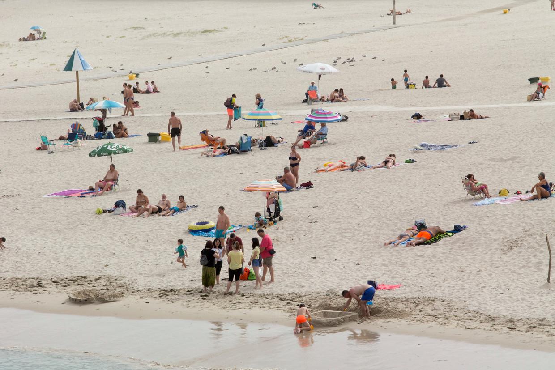 Het strand van Rapadoira de Foz, bij Lugo, afgelopen zondag: vlak voor de regio weer op slot ging.  Beeld AP