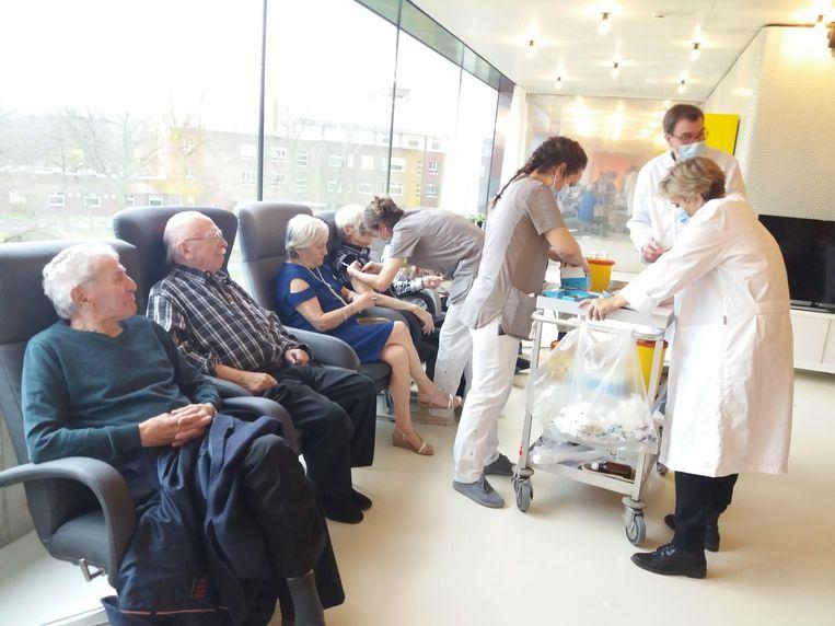 Coronavaccins worden toegediend in een woonzorgcentrum. Beeld rv