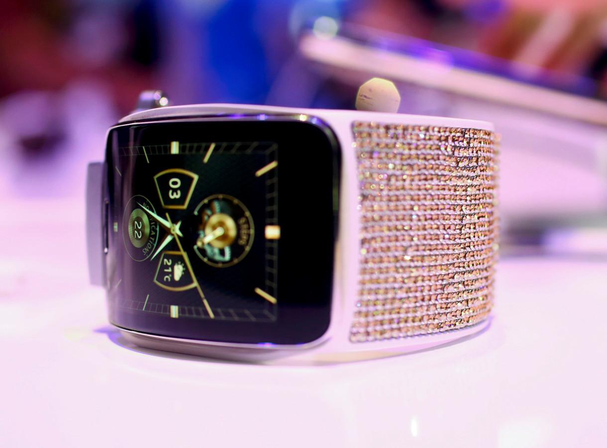 De Gear S smartwatch van Samsung met Swarovski-kristallen.