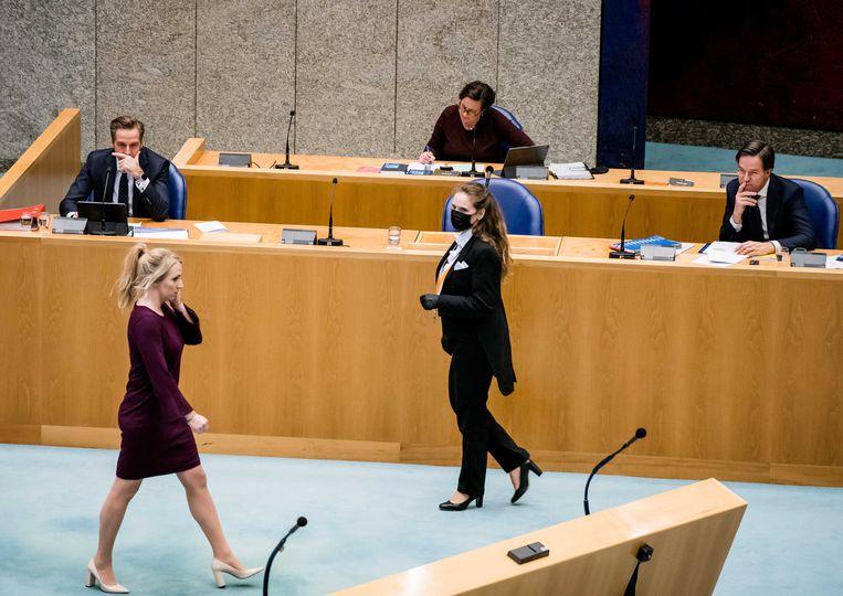 Lilian Marijnissen (SP) loopt na haar openingsbijdrage langs de demissionaire ministers Rutte, De Jonge en Van Ark. Beeld Bart Maat / ANP