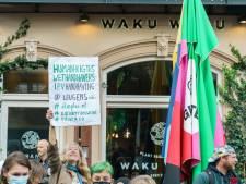 Utrechts restaurant Waku Waku verkoopt drankjes vanuit de deur aan joelende betogers: 'Open die deur!'