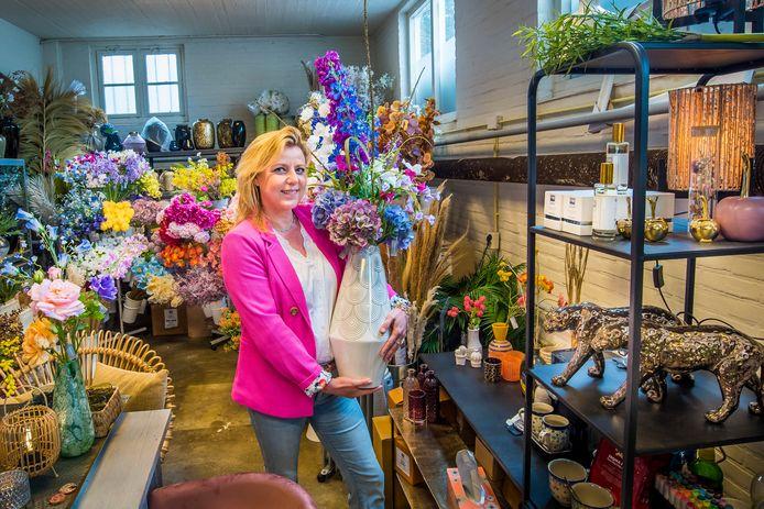 Heleen Jacobs-Lammers in haar galerie aan de Uitslagsweg.
