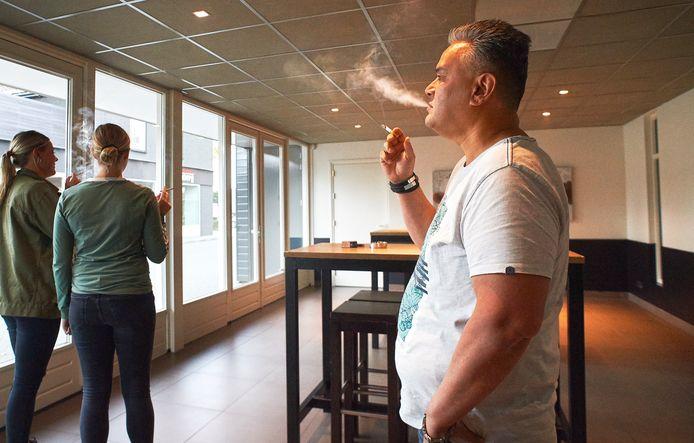 De nieuwe rookruimte van het Tunneke in Heesch was vrijdagavond gewoon nog in gebruik.  De rookruimtes in de horeca zijn officieel verboden, per direct. Fotograaf: Van Assendelft/Jeroen Appels