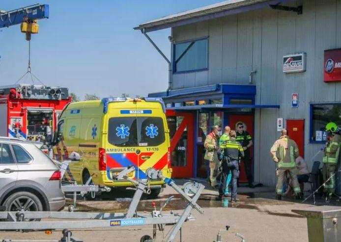 De onfortuinlijke schipper is naar het ziekenhuis gebracht met brandwonden
