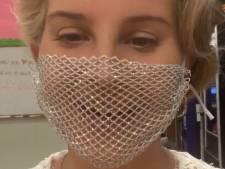 Lana del Rey onder vuur om mondkapje vol gaten bij meet-and-greet met fans