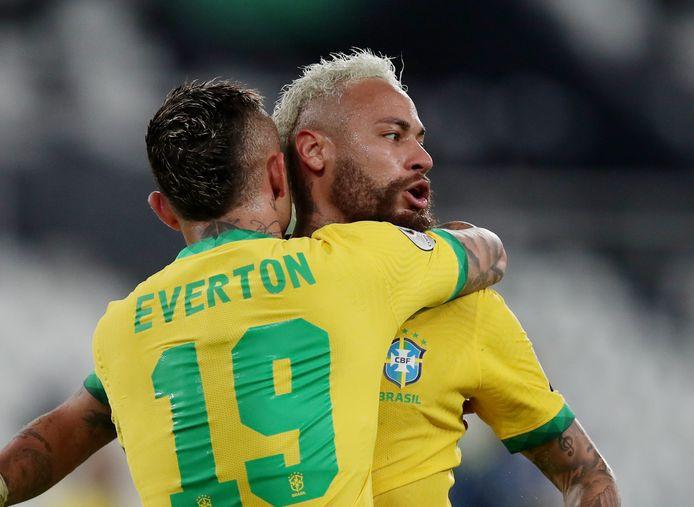 Neymar viert de overwinning met ploeggenoot Everton.