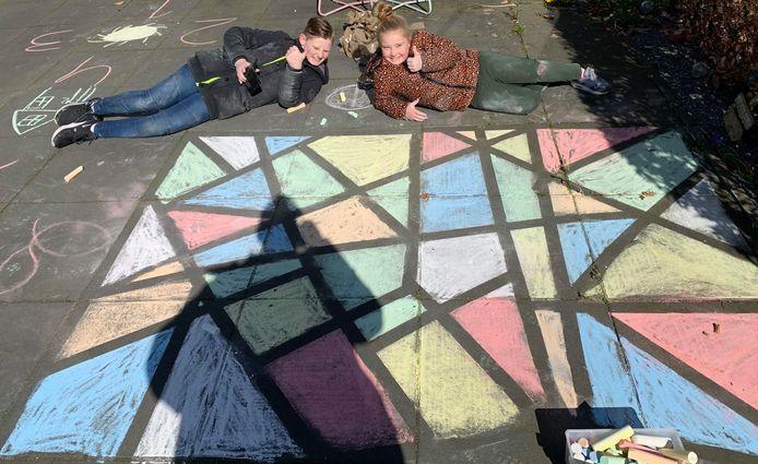 Kunst in de tuin, gemaakt door broer en zus Caynne en Yenna in Nieuwerkerk aan den IJssel.