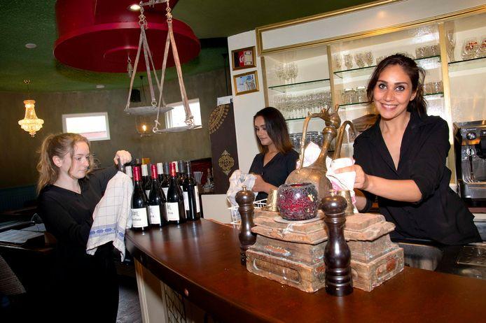 """Op veel plekken gaat de kin weer omhoog, borst vooruit, wordt het glaswerk gepoleerd en de stof van flessen wijn geblazen. Bij Sarban aan de Besterdring lonkt de opening. ,,Het loopt al lekker met de reserveringen"""", zegt Rabia Alizadah (op rechts)."""