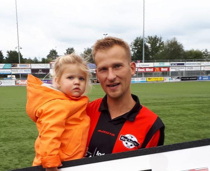 Xander Scheepens met zijn dochtertje Sam bij de huldiging voor zijn 400ste wedstrijd in het eerste elftal van Best Vooruit op 27 september 2020.