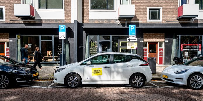 In het Hoogkwartier stonden elektrische deelauto's voor de buurt eerst in een parkeergarage. Om ze zichtbaarder te maken, kregen ze alsnog een plek op straat.