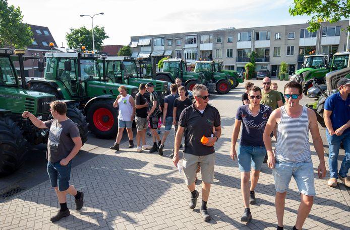 Zo'n twintig Harskampers reden donderdagavond met trekkers naar het gemeentehuis in Ede.