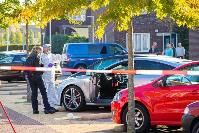 De 25-jarige Zwollenaar werd onder vuur genomen in zijn auto.