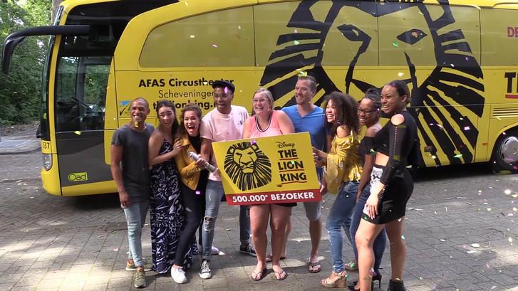Lion King cast verrast 500.000ste bezoeker aan huis