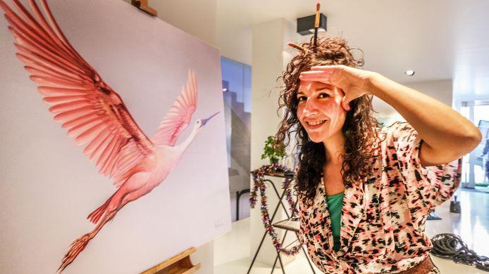 Mónica in galerij Bminus, bij het kunstwerk dat komende zondag online geveild wordt.