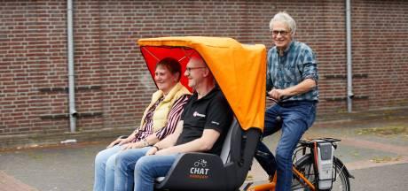 Genieten in elektrische riksja rond Lochem dankzij vrijwilligers: 'Lang genoeg alleen geweest'